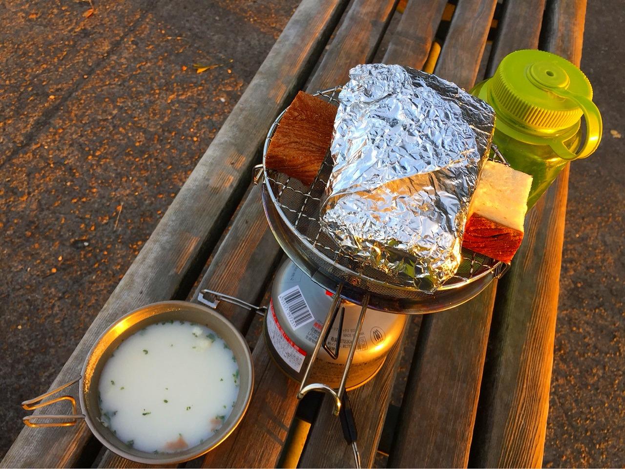 金峰山山頂で朝ごはん パン