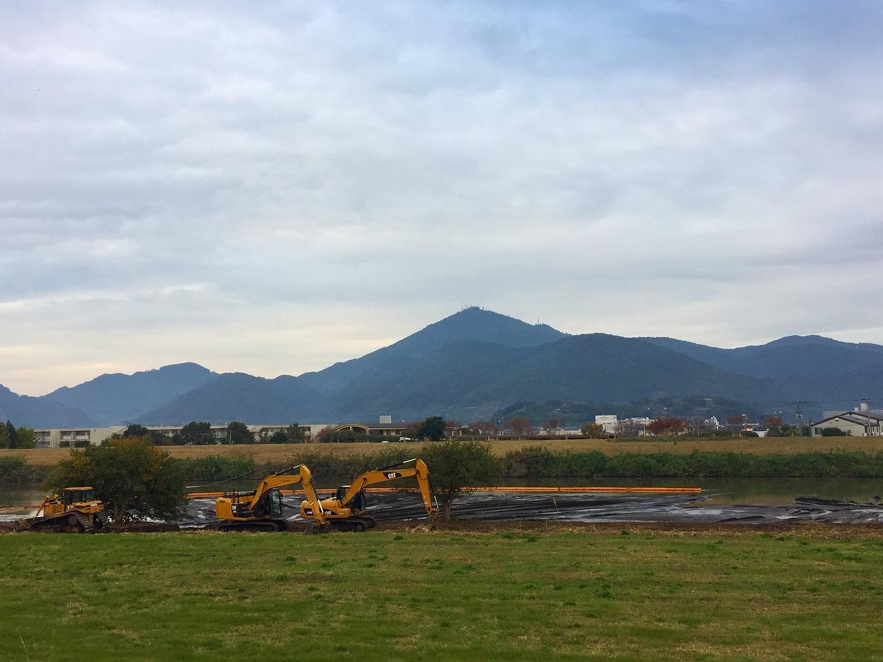 今朝の金峰山 白川の工事これからどうなるのかな?