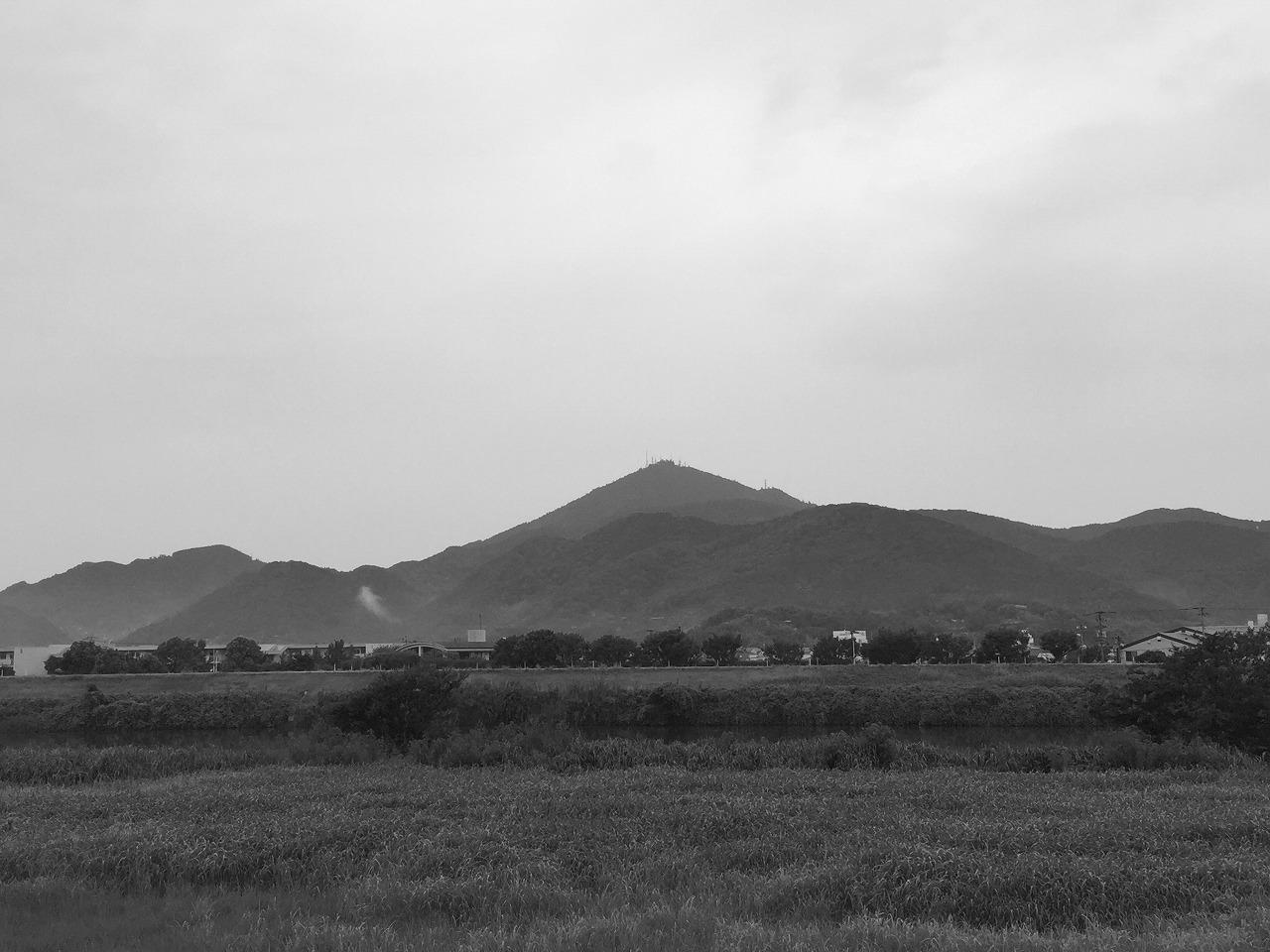 今朝の金峰山 モノクロ