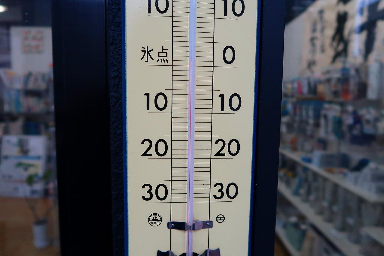 はかりや店頭の寒暖計は、2℃