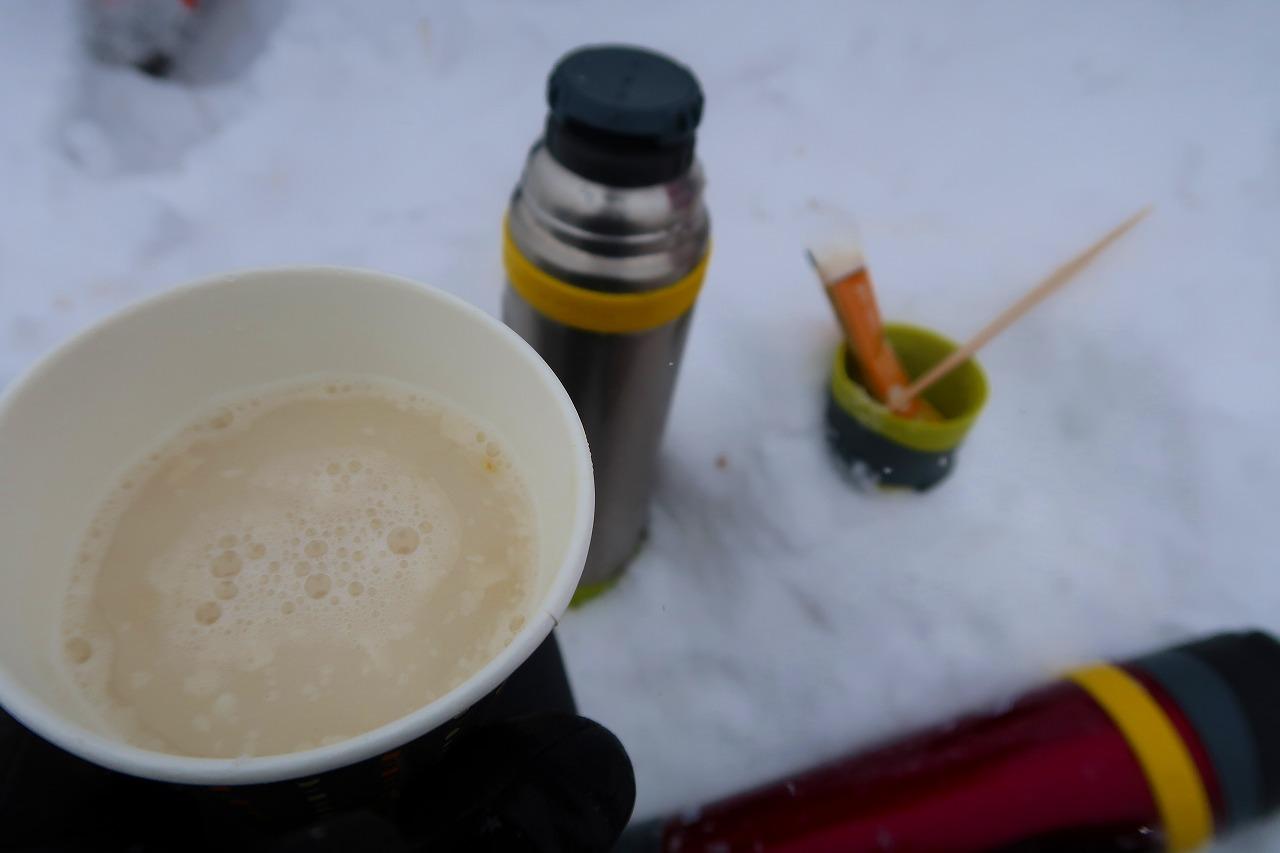 雪山の中でしょうがたっぷり甘酒なのだ。