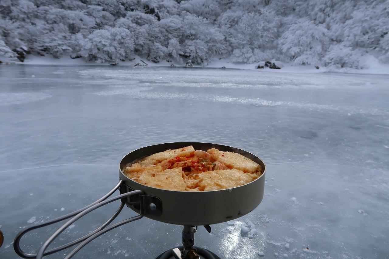 大船山の氷結御池にて、南関あげキムチラーメン