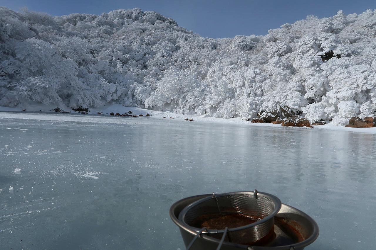 大船山の氷結御池にて、食後のコーヒー