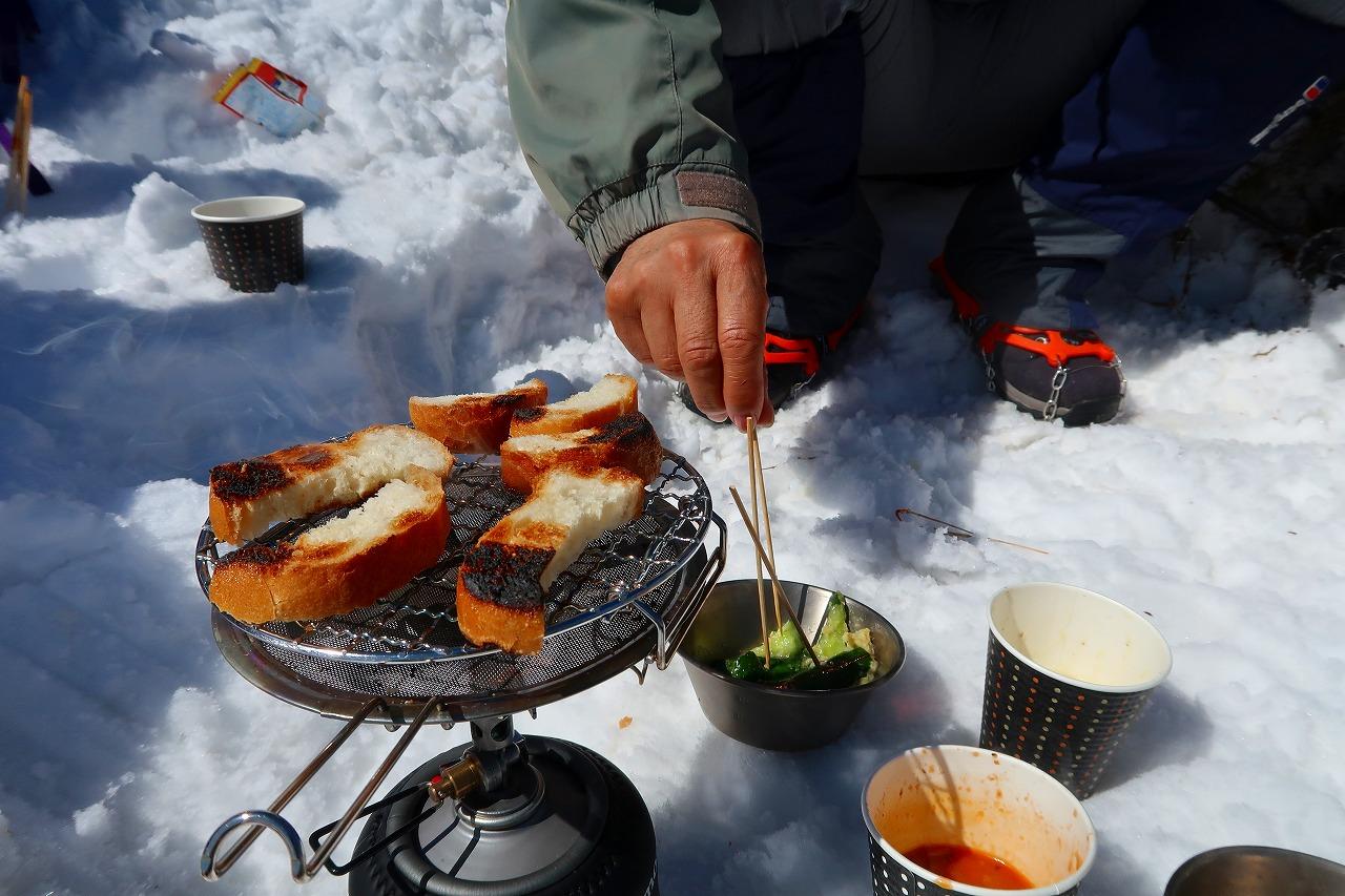 雪の上でお昼ごはん