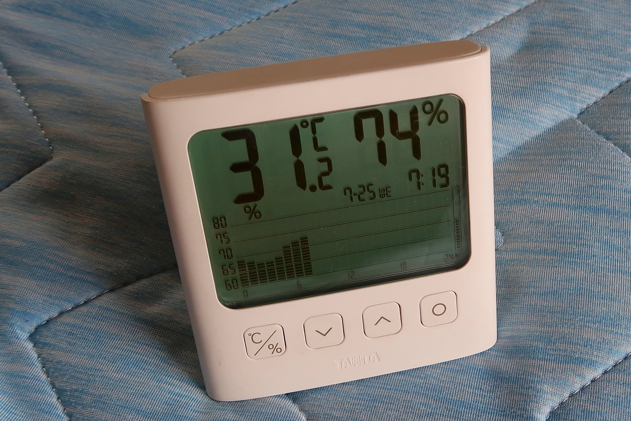TT-581 グラフ付きデジタル温湿度計 クーラーのついてない2階の温度と湿度