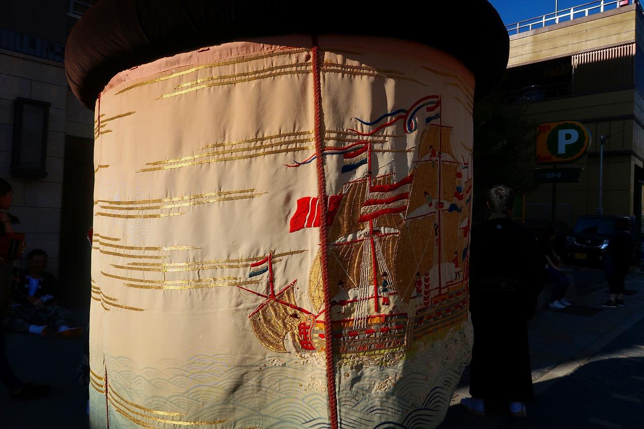 移動中の長崎くんち 傘鉾