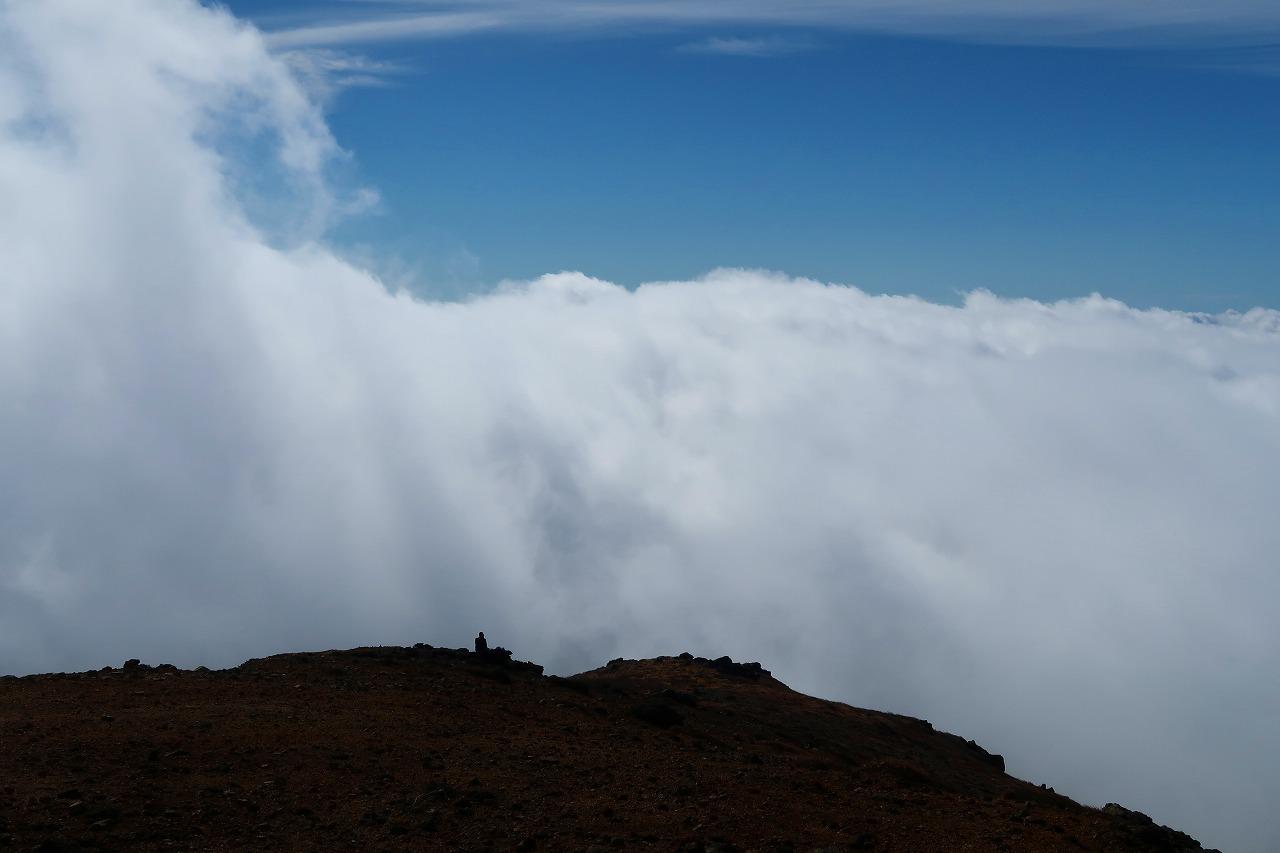 稲星山山頂にて雲の中から抜けていく