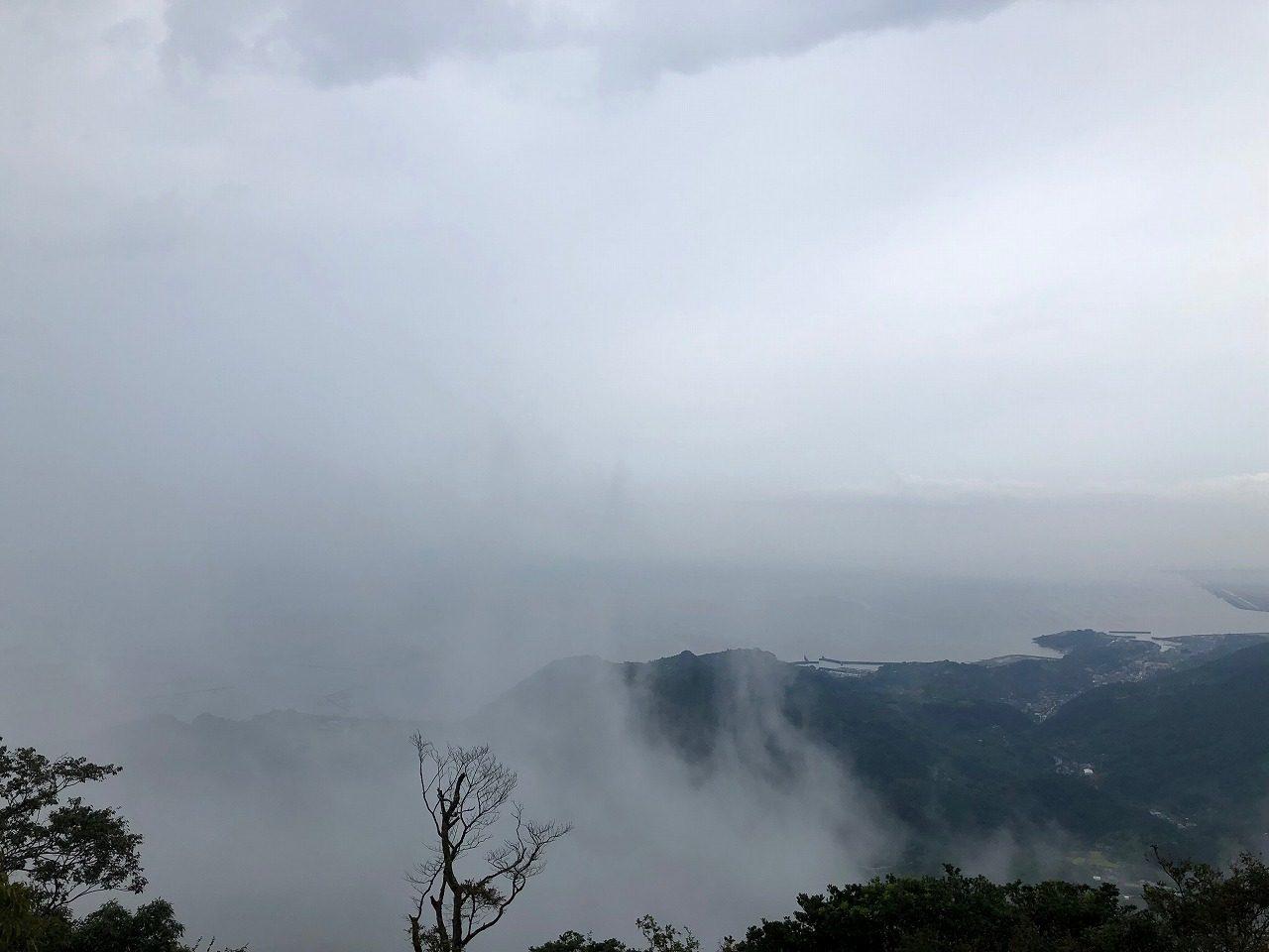 雨の金峰山山頂 残念ながら殆ど見えない